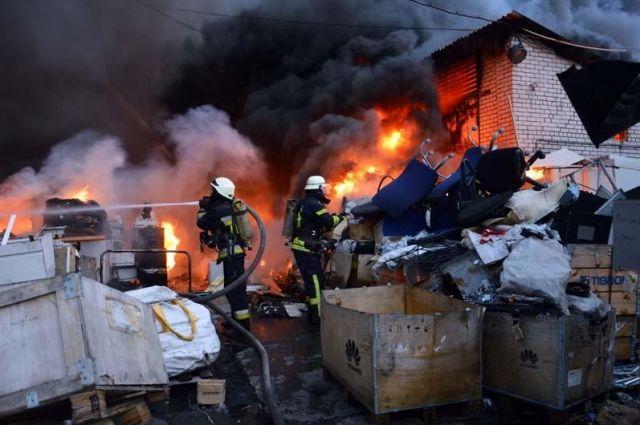 В Днепре произошел пожар на предприятии по заготовке металлолома