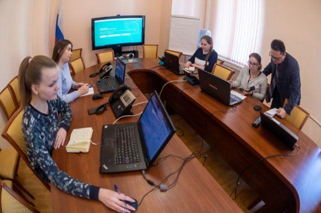 Оператор регионального центра по коронавирусу отвечает на сто телефонных звонков за четырехчасовую смену