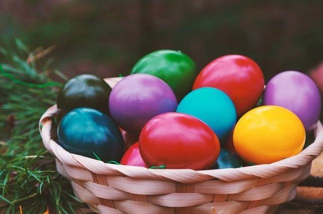 Доподлинно не известно, почему люди стали красить яйца на Пасху.