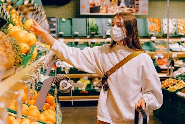 Новости о пандемии заставляют многих жителей отказаться от поездок в магазины.
