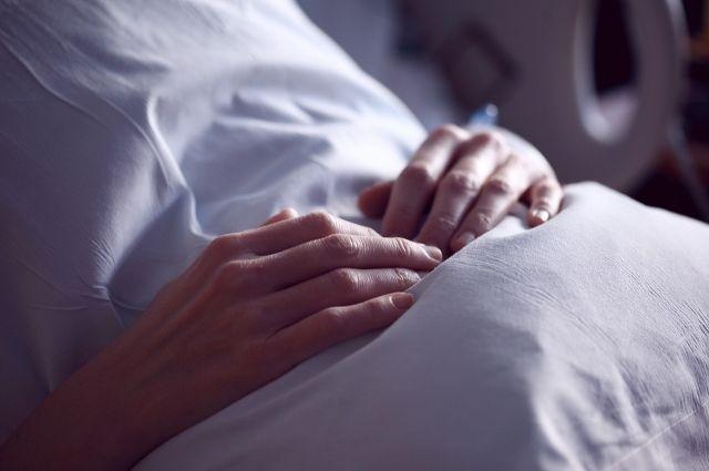 В Оренбурге пациент с covid-19 получает процедуру гемодиализа.