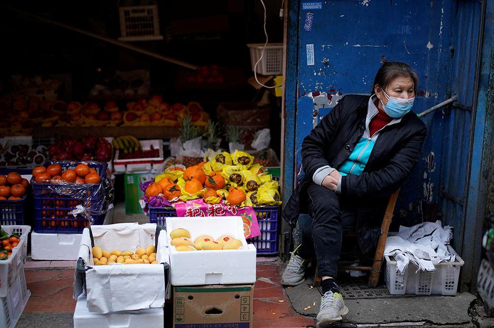 Продавщица во фруктовой лавке в жилом районе города.