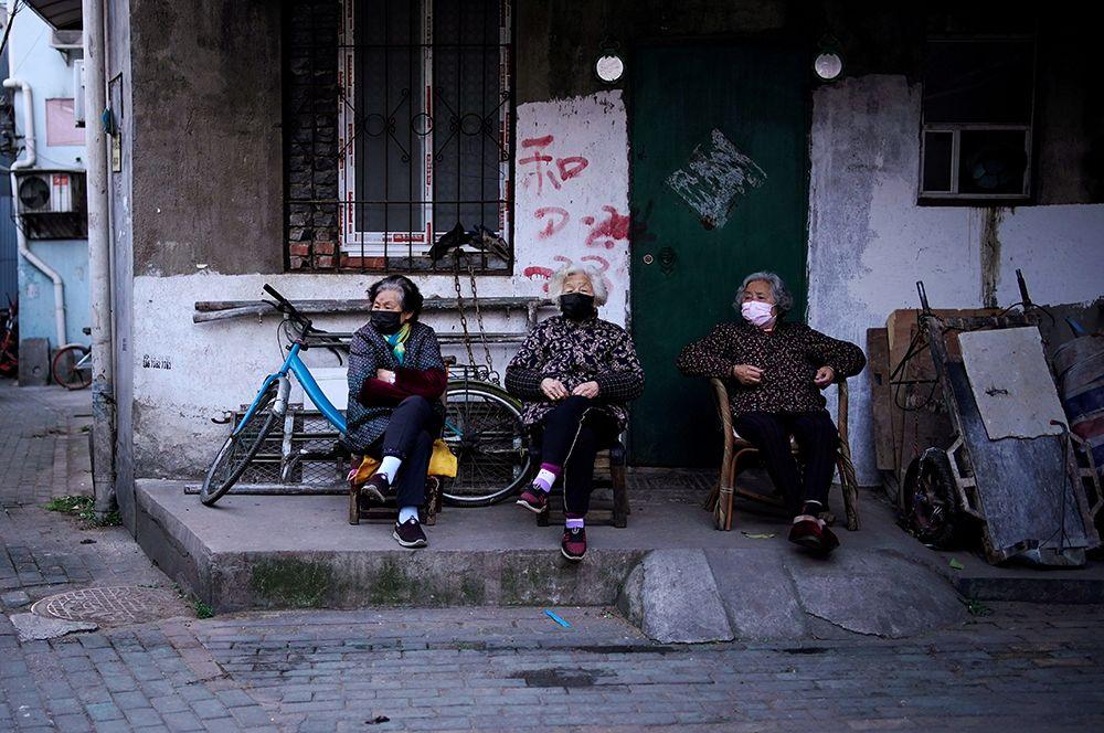 Пожилые женщины в одном из жилых районов.