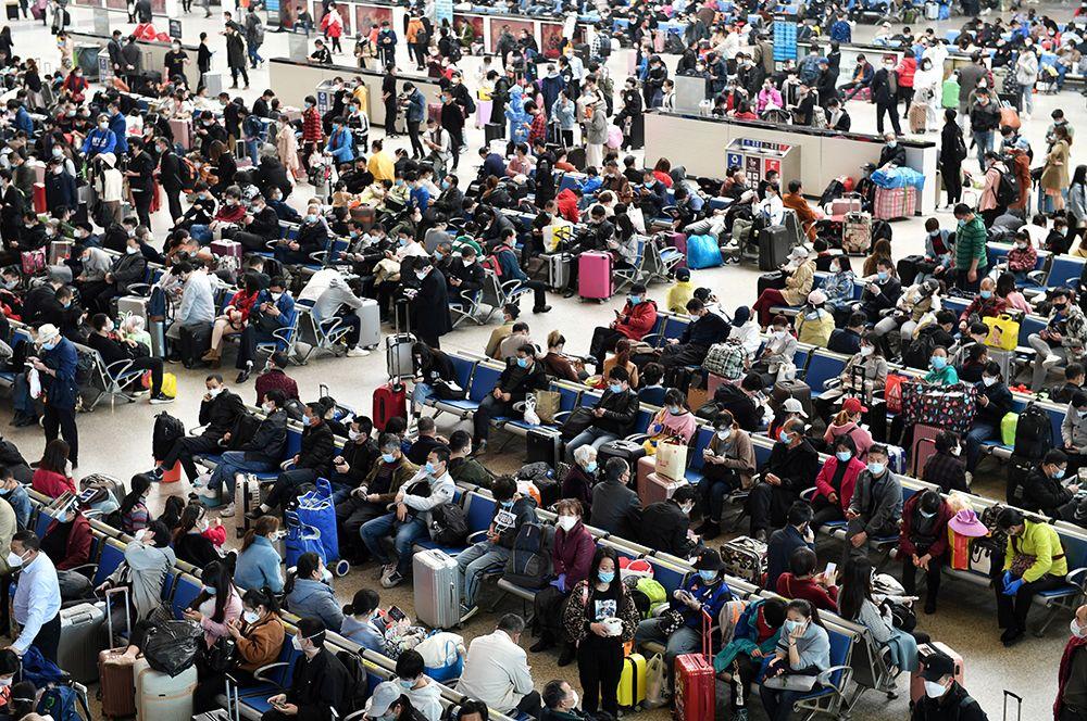 Китайцы на железнодорожной станции Ханькоу после того, как 8 апреля были отменены ограничения на выезд из Уханя.