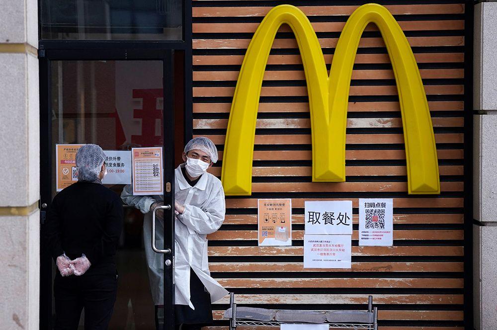 Сотрудники сети ресторанов McDonald's после снятия карантина в Ухане.