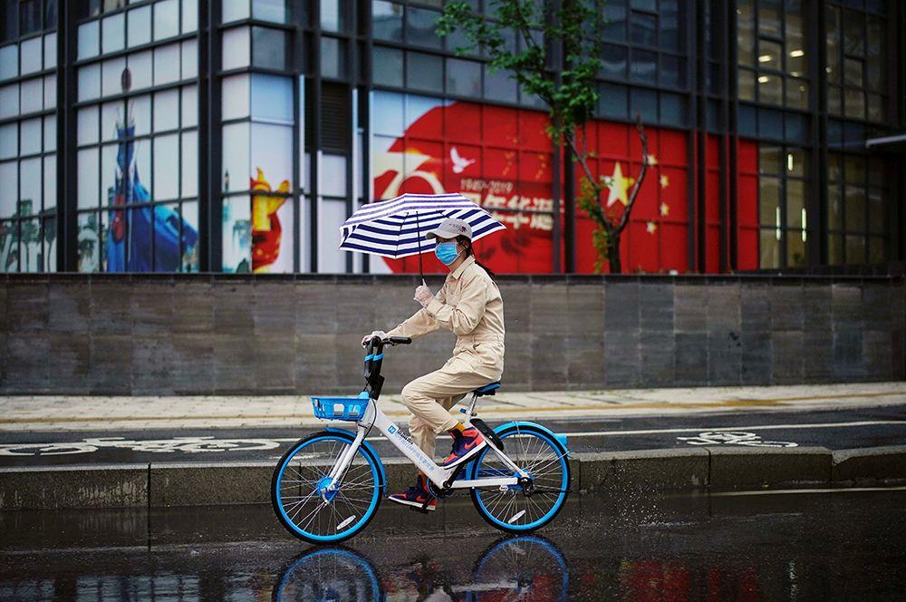 Девушка на велосипеде на одной из улиц.
