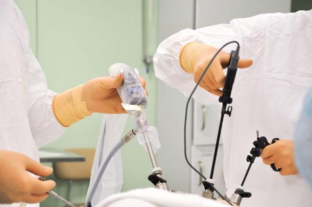 Шейку матки хирурги удаляют через небольшие проколы.