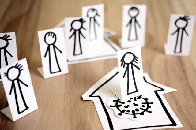 Психолог советует не терять связи с близкими - чаще звонить родственникам и друзьям, чтобы поболтать.