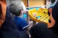 Малыш засунул два пальчика в корпус детского столица с дырками.