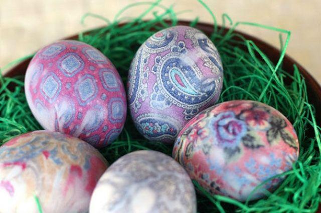 Готовимся к Пасхе: как необычно окрасить яйца с помощью шелковой ткани