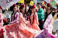 Ансамбль «Гузяль Чулман» выступает на детском Сабантуе.