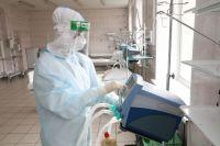 Весь персонал, который общается с инфицированными пациентами, обязательно одет в защитные костюмы