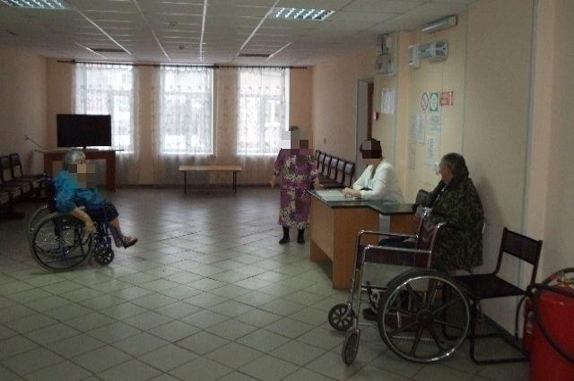 Сотрудница и подопечные дома престарелых в Вязьме. Фото сделано до пандемии коронавируса.