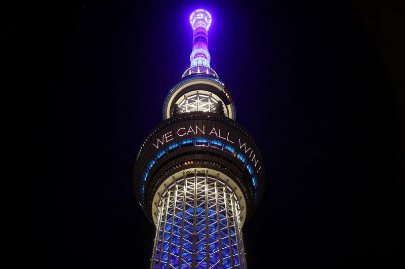Телебашня Tokyo Skytree, Япония, с надписью: «Вместе мы можем победить».