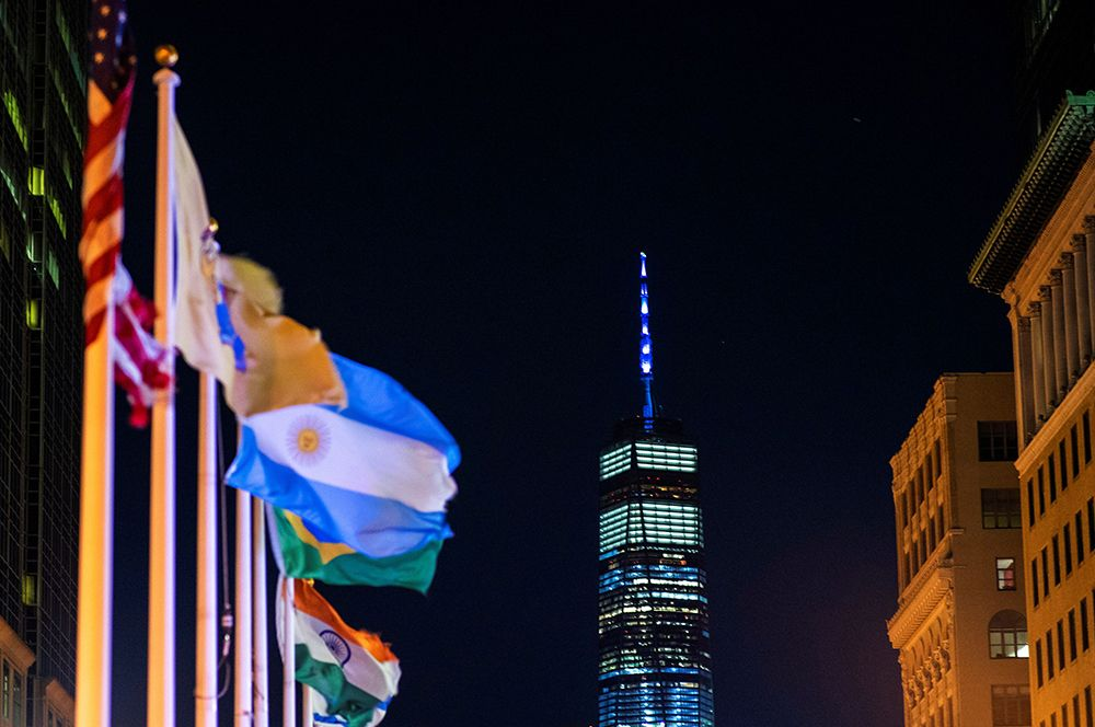 Башня Всемирного торгового центра 1 в Нью-Йорке, подсвеченная голубым, в честь работников здравоохранения.