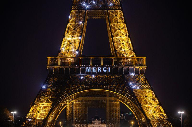 Благодарность врачам на Эйфелевой башне в Париже.