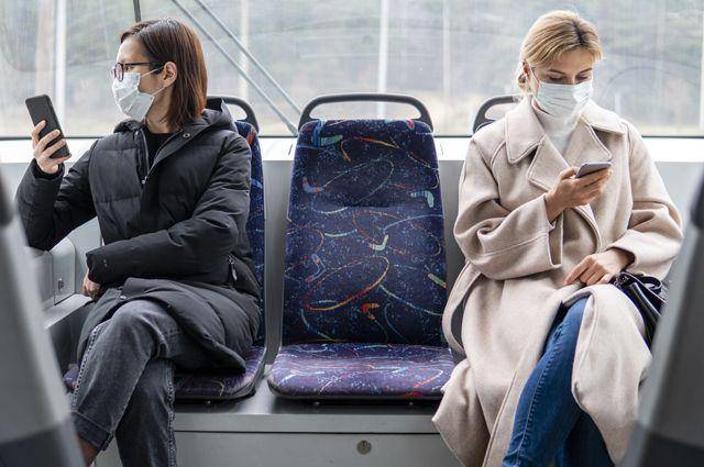 Держать социальную дистанцию в общественном транспорте особенно важно.