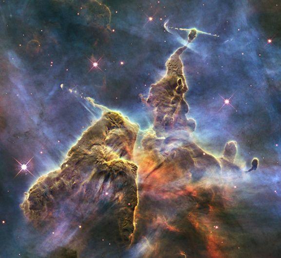 «Мистическая гора» внутри туманности Киль. Эта космическая вершина высотой в три световых года состоит из пыли и газа и имеет признаки интенсивного звездообразования. Снимок 2010 года.