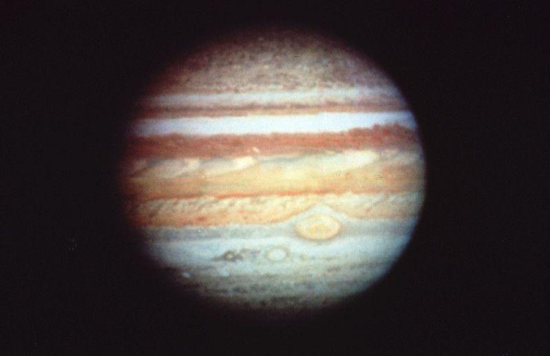 Юпитер. Это первая цветная фотография планеты Юпитер, сделанная в 1991 году на широкоугольную камеру космического телескопа.