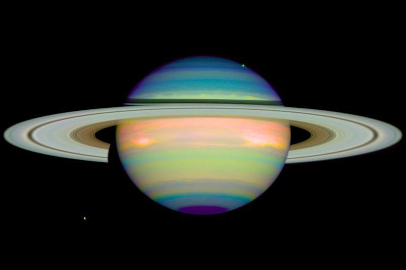 Инфракрасный Сатурн. Изображение получено 4 января 1998 года и показывает отраженный инфракрасный свет планеты, что дает подробную информацию о облаках и дымке в атмосфере Сатурна.