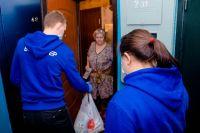 Волонтёры помогают с доставкой продуктов и лекарств пожилым людям, которые вынуждены сидеть дома.