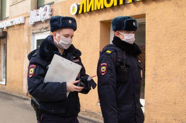 Полицейские патрулируют город.