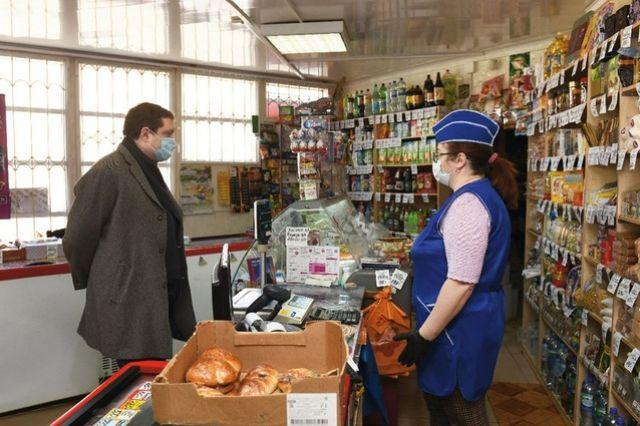 «Дефицита нет. Хлеб, молоко, сметану, творог всегда можно купить», - заверила губернатора товаровед гагаринского магазина.