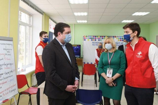 Губернатор (слева) узнал, как работают смоленские волонтёры, и присоединился к их работе.