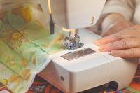 Мебельные предприятия в Белых Берегах за несколько дней переориентировались на пошив медицинских масок, которые бесплатно раздают лечебным учреждениям и жителям района.