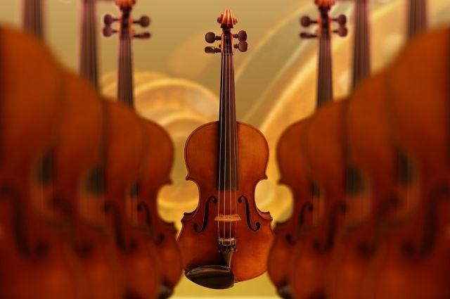 Ижевский скрипач играет на балконе для прохожих во время самоизоляции