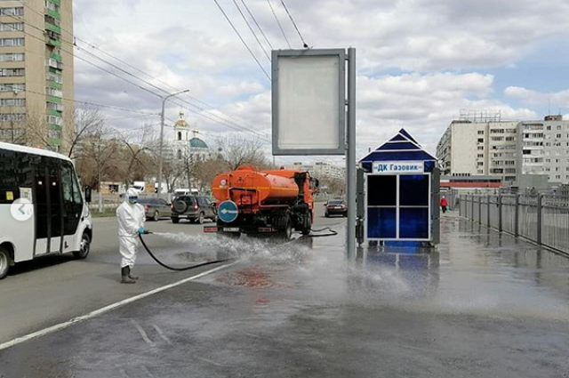 В Оренбурге дезинфицируют остановки и переходы.
