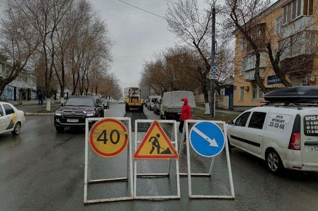 В Оренбурге дорожники ремонтируют пр-т Братьев Коростелевых и 6 улиц.