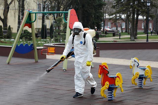 Дети лучше сопротивляются коронавирусу, но дезинфекцию детских площадок никто не отменял.