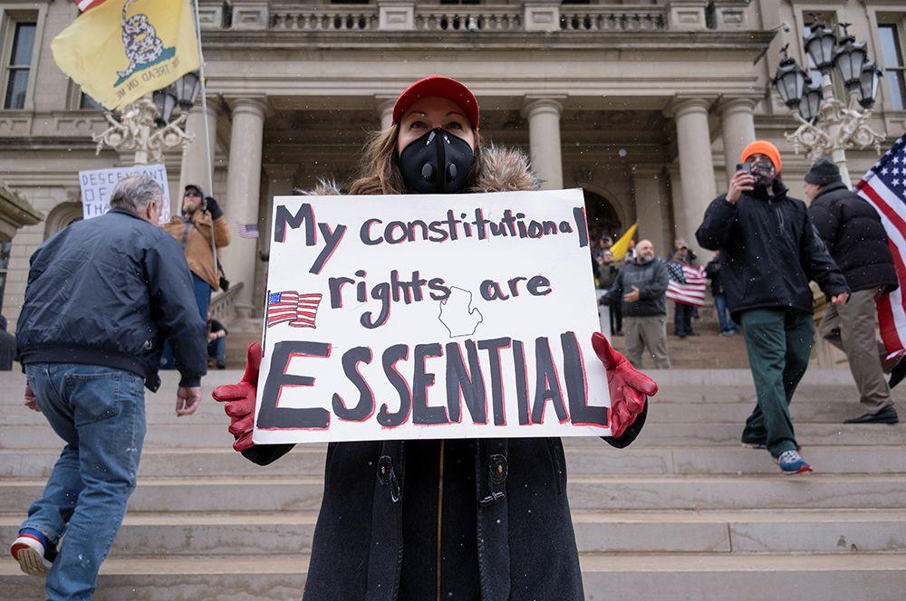Лансинг, Мичиган. Надпись на плакате: «Мои конституционные права необходимы».