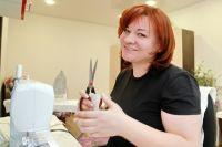 Светлана Бабанакова из Новосибирска начала бесплатно шить маски для горожан: для этого ей необходимо предоставить только ткань.