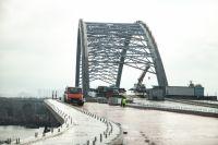 В Киеве ветер завалил в Днепр часть лесов Подольского моста