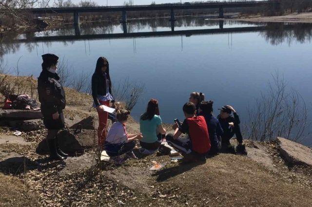 Дети переходили реку вброд.