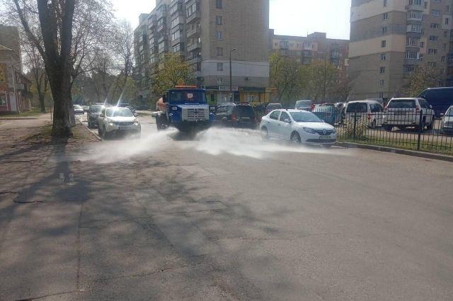 Дым и смог в столице: спецтехника в усиленном режиме моет улицы и дороги