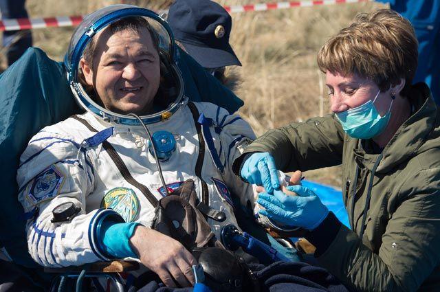 Олег Скрипочка после приземления спускаемого аппарата в Казахстане.