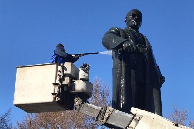 После помывки монумент покрыли воском.