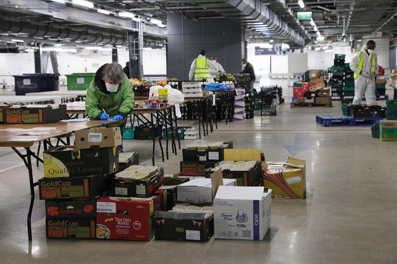 База по распределению продуктов на подземной автостоянке стадиона «Тоттенхэм Хотспур». В других помещениях стадиона расположился центр диагностики COVID-19, а еще в части — женская консультация.