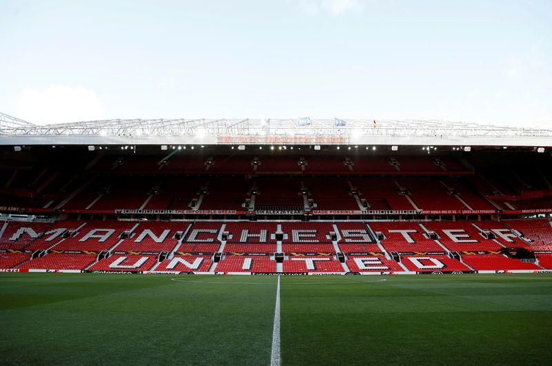 Стадион «Манчестер Юнайтед» «Олд Траффорд» переоборудован под временную станцию переливания крови.