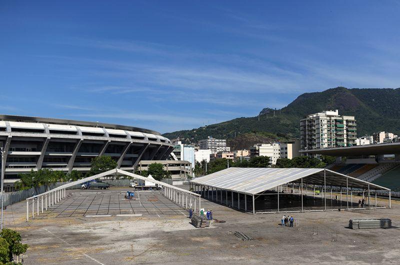 Строительство госпиталя на стадионе «Маракана». Под медицинские нужды отданы еще несколько арен, построенных в Бразилии к чемпионату мира по футболу 2014 года.
