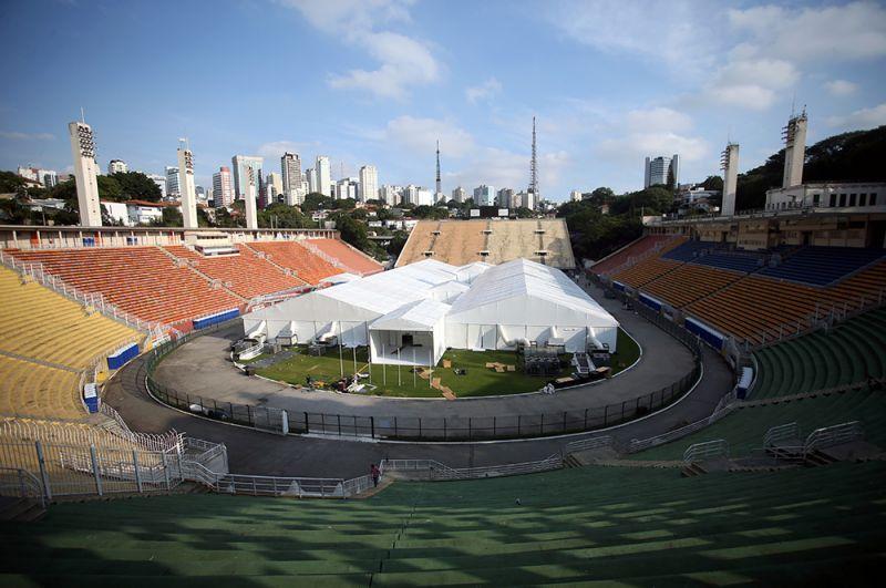 Временный полевой госпиталь на стадионе Пакаэмбу в Сан-Паулу, Бразилия.