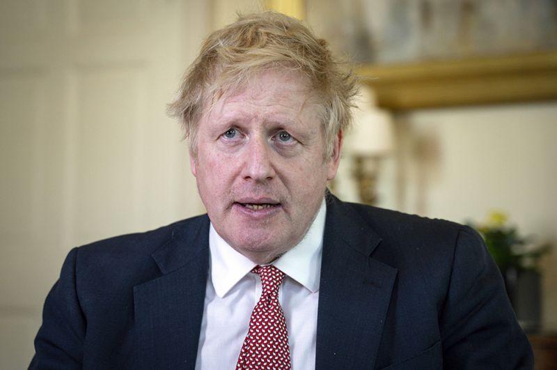 Борис Джонсон. 27 марта 55-летний политик объявил, что его тест на COVID-19 показал положительный результат. Джонсон продолжал работать дистанционно, находясь на самоизоляции дома. 5 апреля стало известно, что премьер-министра доставили в больницу, там его состояние ухудшилось, и он был перемещен в отделение интенсивной терапии. 12 числа его выписали из больницы, сейчас он находится в загородной резиденции.