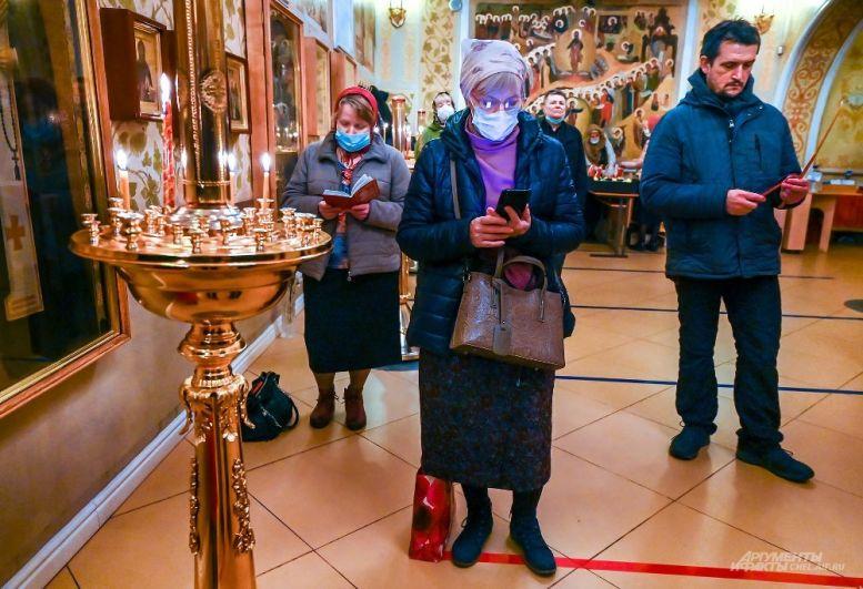 В храме горожане всё же пытались соблюдать предписанную дистанцию.