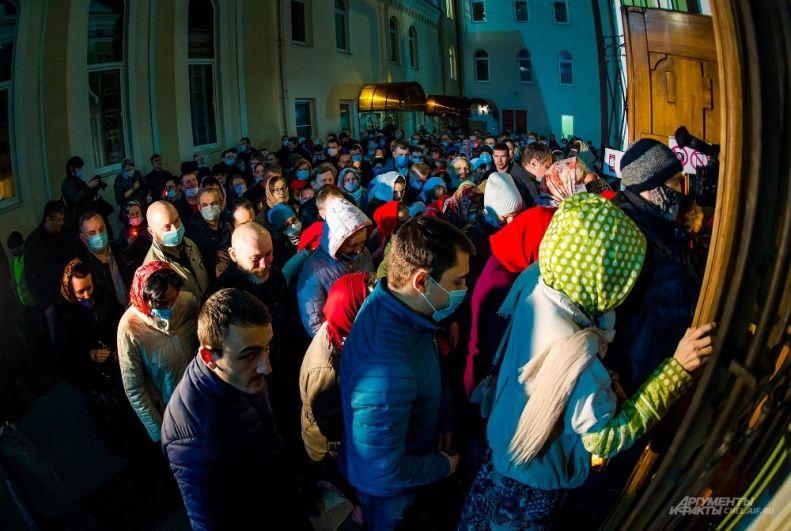 Верующих было меньше, чем обычно, но у входа всё равно собралась толпа.