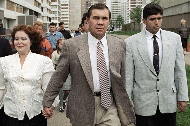 Кандидат на пост Президента РФ Александр Лебедь с супругой Инной идут по московской улице после голосования.