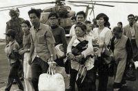 Вьетнамские беженцы на палубе корабля ВМС США, операция «Порывистый ветер», 1975 г.