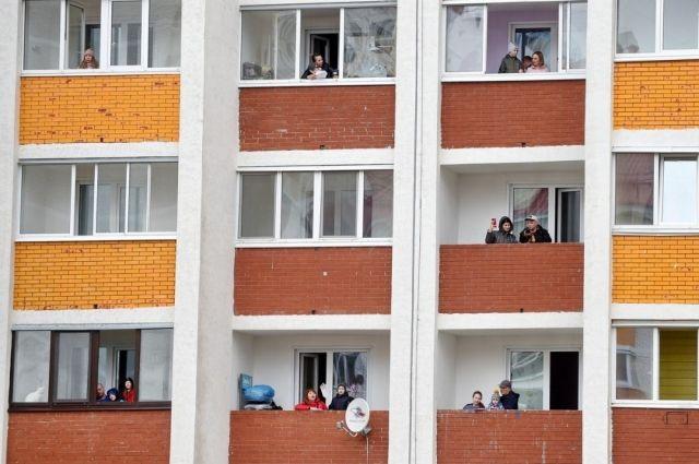Жители домов по улице Берша в Ижевске с балконов спели военные песни